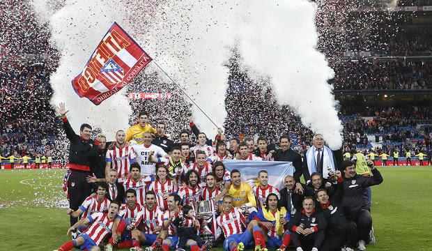 Temporada 12/13. Final Copa del Rey 2012-13. Real Madrid - Atlético de Madrid. La plantilla al completo posa con la Copa del Rey sobre el cesped del estadio Santiago Bernabéu