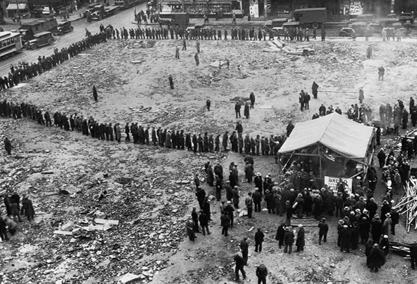 http://www.history.com/images/media/slideshow/soup-kitchens-and-bread-lines/bread-line-in-depression-new-york.jpg