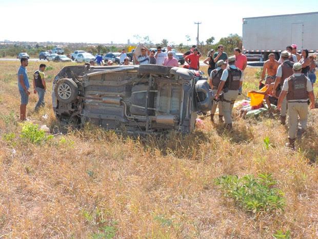 Carro tinha placa de Brasília; uma criança morreu na BR-020 (Foto: Edivaldo Braga/blogbraga)