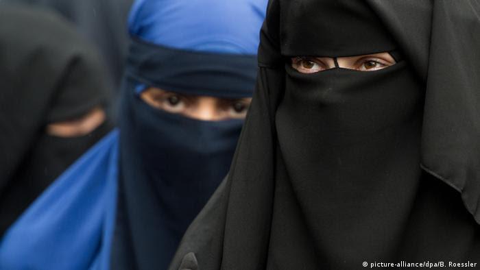 Vollverschleierte Frauen bei einer Salafisten-Kundgebung in Hessen (foto: dpa)