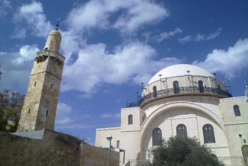 Menara Masjid Umar bin Khatab (kiri) di Yerusalem, Palestina.