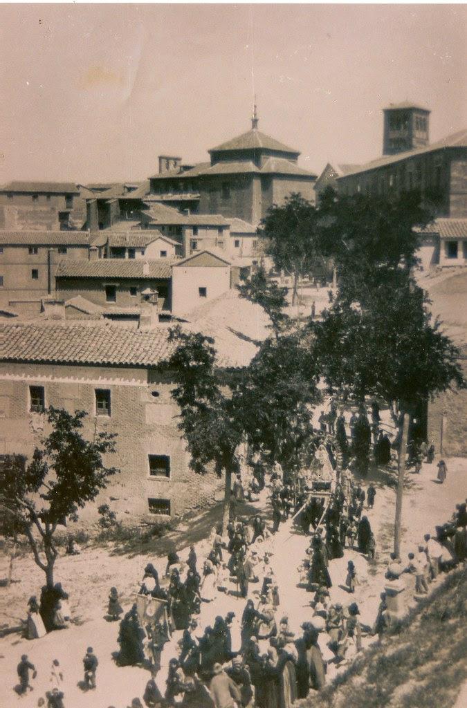 Procesión a inicios del siglo XX vista desde el Paseo de San Cristóbal