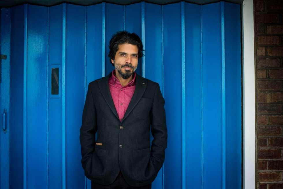El escritor Pankaj Mishra en su estudio en Londres el pasado marzo.