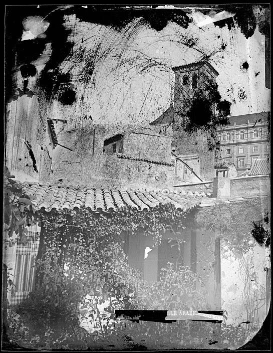 Un patio toledano con la Iglesia de San Miguel y el Alcázar al fondo hacia 1880.  Fotografía de Casiano Alguacil. Ayuntamiento de Toledo