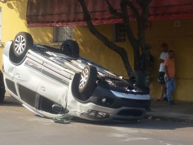 Segundo polícia, um dos carros atingiu o outro que também cruzava a rua José Pedro dos Santos (Foto: Flávia Baxhix/Arquivo pessoal)