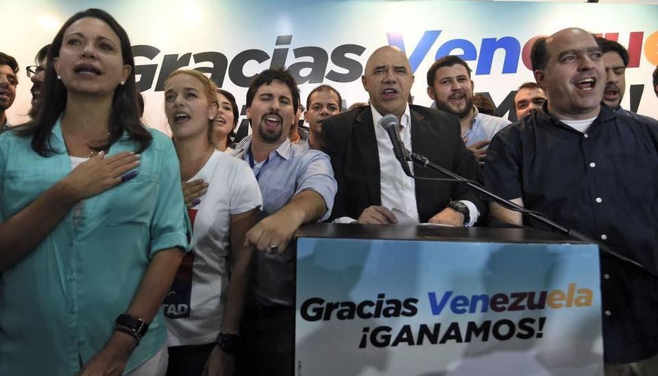 Miembros de la coalición opositora Mesa de Unidad Democrática (MUD) celebran la victoria el lunes 7 de diciembre de 2015, en la ciudad de Caracas (Venezuela). La presidenta del Consejo Nacional Electoral (CNE) de Venezuela, Tibisay Lucena, anunció hoy que la alianza opositora MUD ganó las elecciones legislativas con un total de 99 diputados frente a 46 del chavismo.