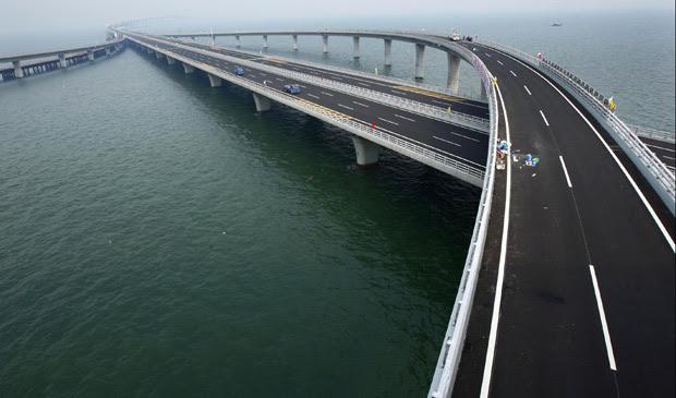 Vista geral da ponte em Qingdao, na China, que tem 36 km de extensão e levou quatro anos para ser construída (Foto: China Daily / Reuters)