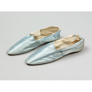 Pale blue slippers, no bows, c. 1800 from Victoria and Albert Museum.