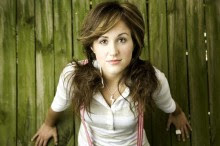 Cantora Britt Nicole casou com o baterista Joshua Crosby. Confira fotos e vídeos