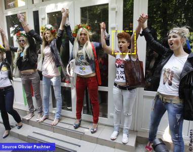 Un activista de extrema derecha junto FEMEN