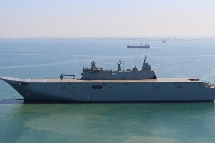 NUSHIP Canberra, la primera de las dos naves del muelle de aterrizaje para helicópteros que se están construyendo para la Fuerza de Defensa de Australia, navegó ayer por primera vez bajo su propia propulsión, como parte de las pruebas en el mar y el programa de pruebas. Canberra partió el astillero de BAE Systems en Williamstown, donde el buque será sometido a una serie de pruebas para probar los sistemas y el equipo antes de ser entregado a la Marina.