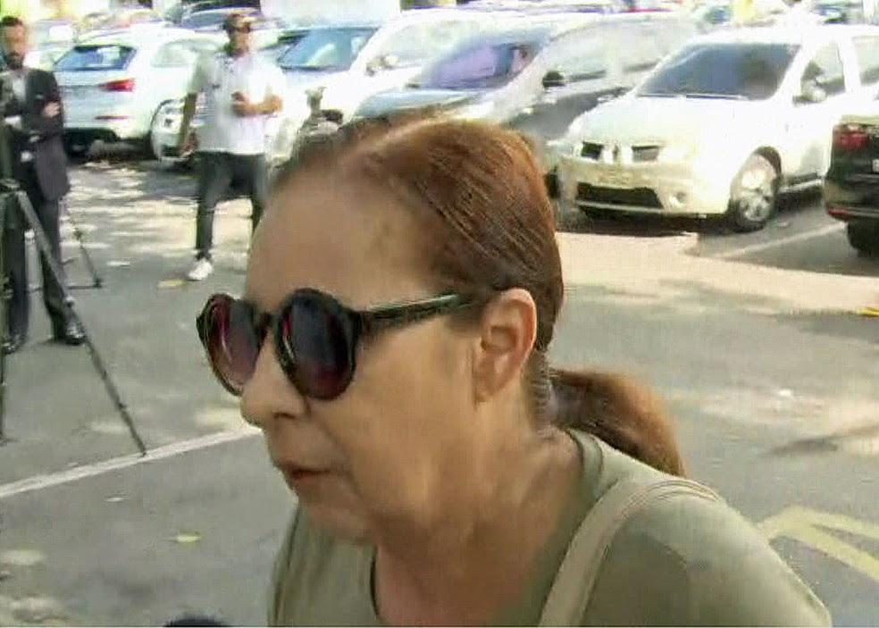 Médica Haydée chega para prestar depoimento na 16ª DP Barra (Foto: Reprodução/GloboNews)