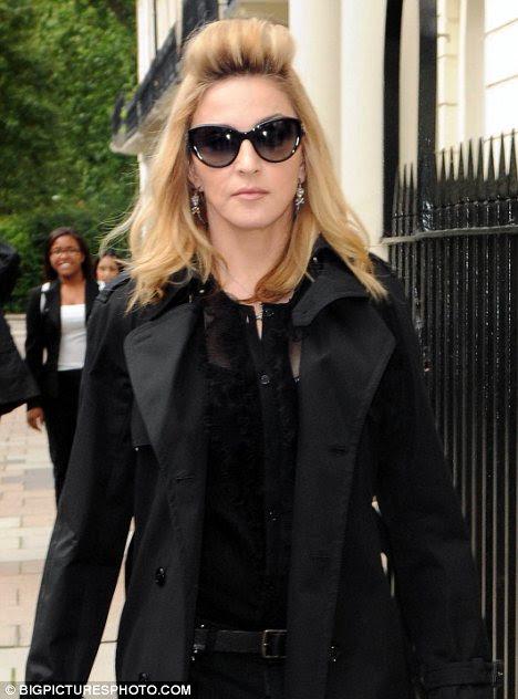 Yüksek saç: Madonna geniş bir alına düşen bukle saç şekli ile Londra'nın merkezinde dışarı çıktı
