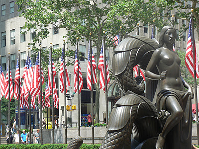 drapeaux et statue rockfeller center.jpg