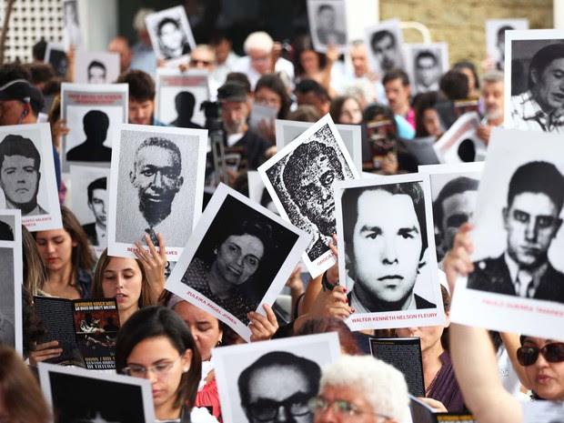 Parentes de vítimas e organizações realizam ato 'Ditadura Nunca Mais' no dia que marca os 50 anos do golpe que instituiu a ditadura militar no Brasil, na antiga sede do DOI-Codi em São Paulo (Foto: Renato S. Cerqueira/Futura Press/Estadão Conteúdo)