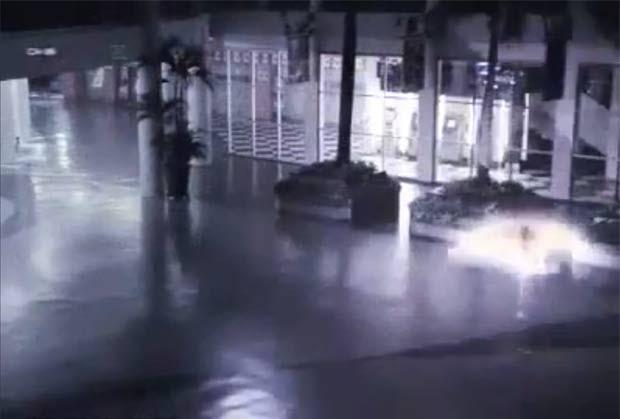Luz brilhante tem intrigado os moradores. (Foto: Reprodução/YouTube)