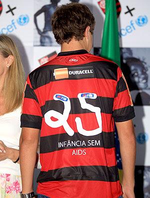 Thomaz com a camisa do Flamengo da Unicef (Foto: Cezar Loureiro / Agência O Globo)