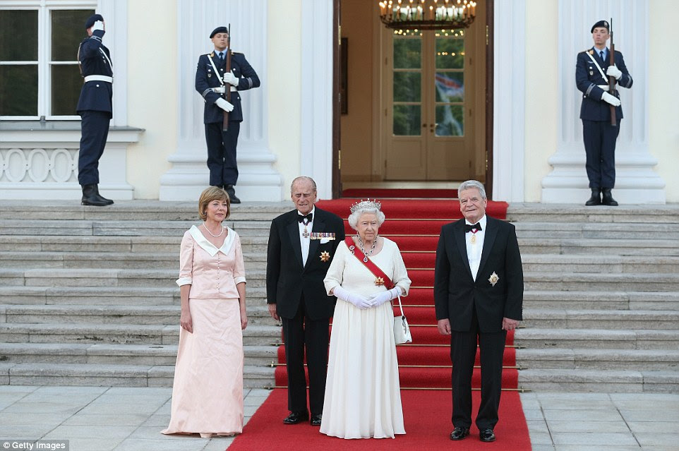 O presidente alemão Joachim Gauck (à direita) e seu parceiro Daniela Schadt (à esquerda) estão nos degraus do palácio pródigo antes tropas cerimoniais