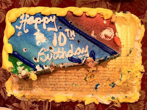 Photo einer Geburtstagstorte auf der 'happy 10th birthday' steht