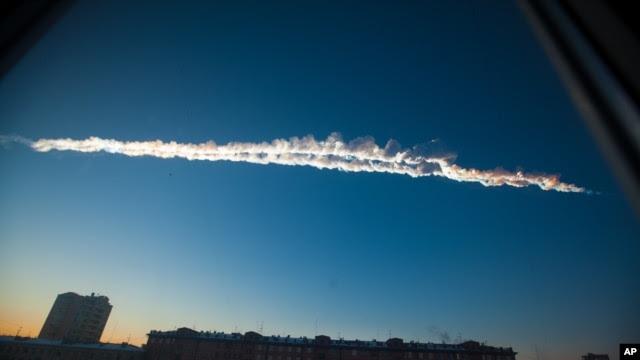 Sebuah meteorit melintasi angkasa pegunungan Ural, wilayah Chelyabinsk, Rusia, Jum'at 15 Februari 2013 (AP Photo/Chelyabinsk.ru).