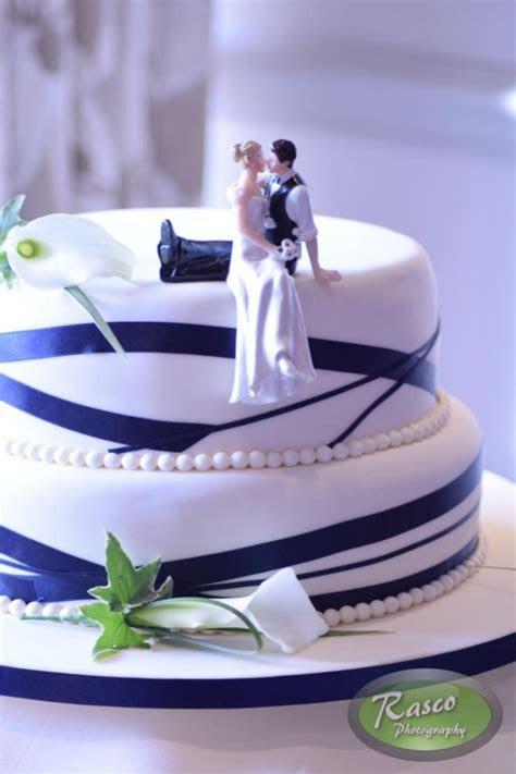 gâteau de mariage simple avec différents traits bleu et de