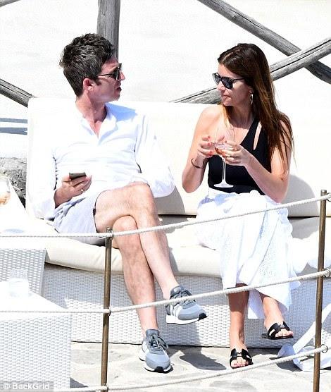 Loving life: quando era a vez de Sara beber um vinho rosé, Noel continuou a apertar o telefone na mão