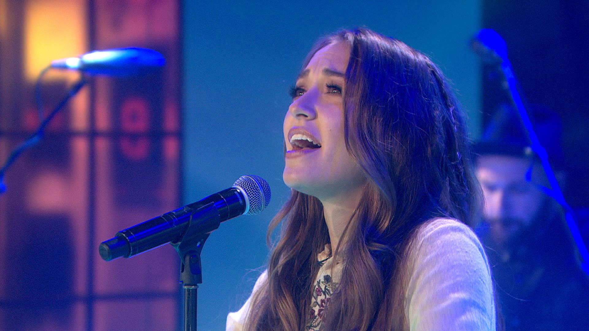 Lauren Daigle performs uplifting song 'How Can It Be ...