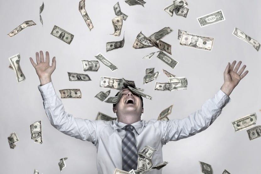 hombre contento porque tiene mucho dinero