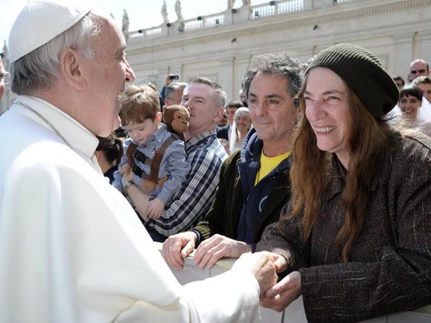 Papa Francisco e Patti Smith nesta quarta-feira (10) no Vaticano (Foto: Alessandra Tarantino/AP)