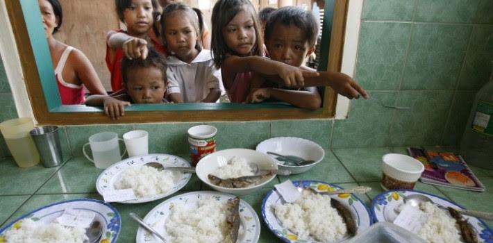 Niños de la etnia wayúu en una escuela del oeste de Venezuela. Nótese lo exiguo de la alimentación escolar: el hambre en Venezuela comienza a preocupar a la comunidad internacional. (Versión Final)