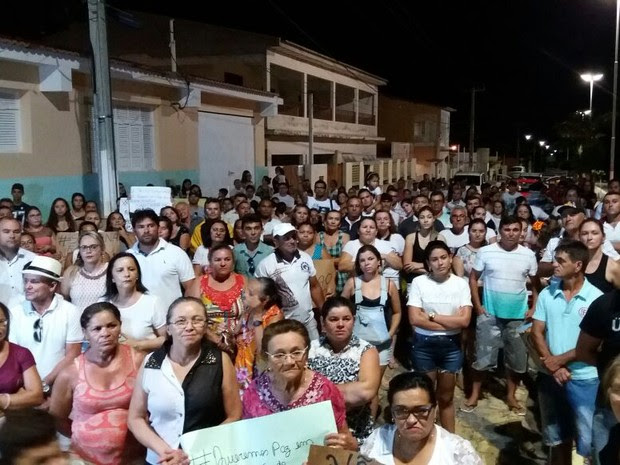 Cententas de pessoas protestaram contra construção de presídios (Foto: Anderson Dantas - Juquinha)