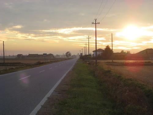 ll sole tramonta sulla strada da Vettignè