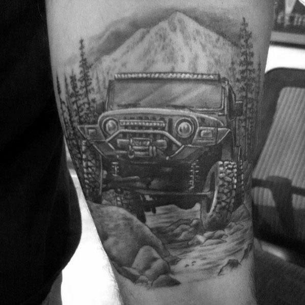 Macho Com Tatuagens De Jipe