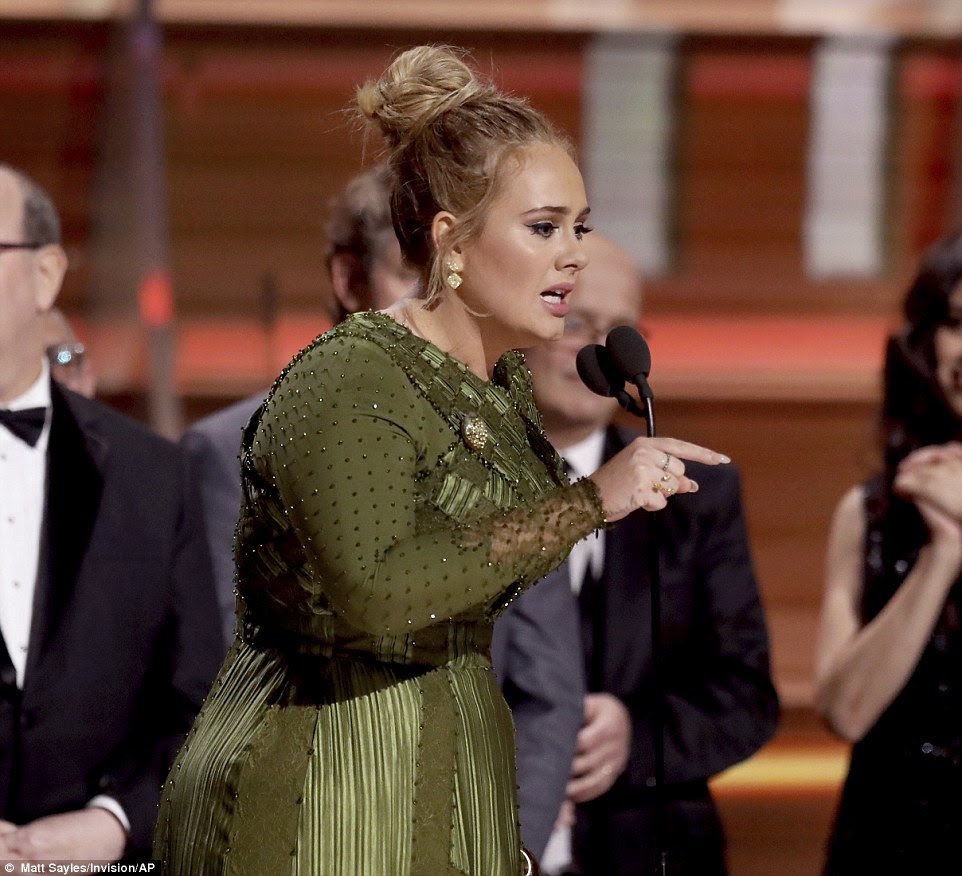 """Homenagem: Adele disse: """"O jeito que você faz com que eu e meus amigos sintamos, a maneira como você faz sentir aos meus amigos negros é tão capacitadora"""""""