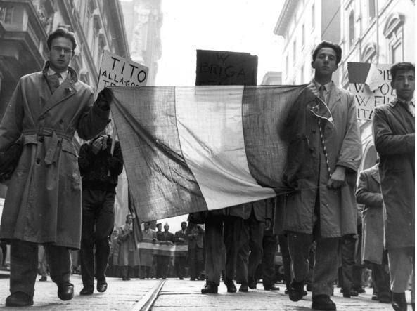 Una manifestazione studentesca a Bologna nel dopoguerra contro il maresciallo Tito  (LaPresse)