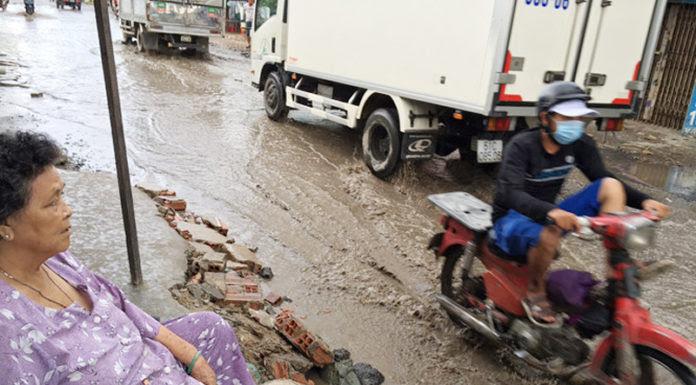 Người dân ngao ngán nhìn đường An Dương Vương ngập triền miên. (Hình: báo Thanh Niên)