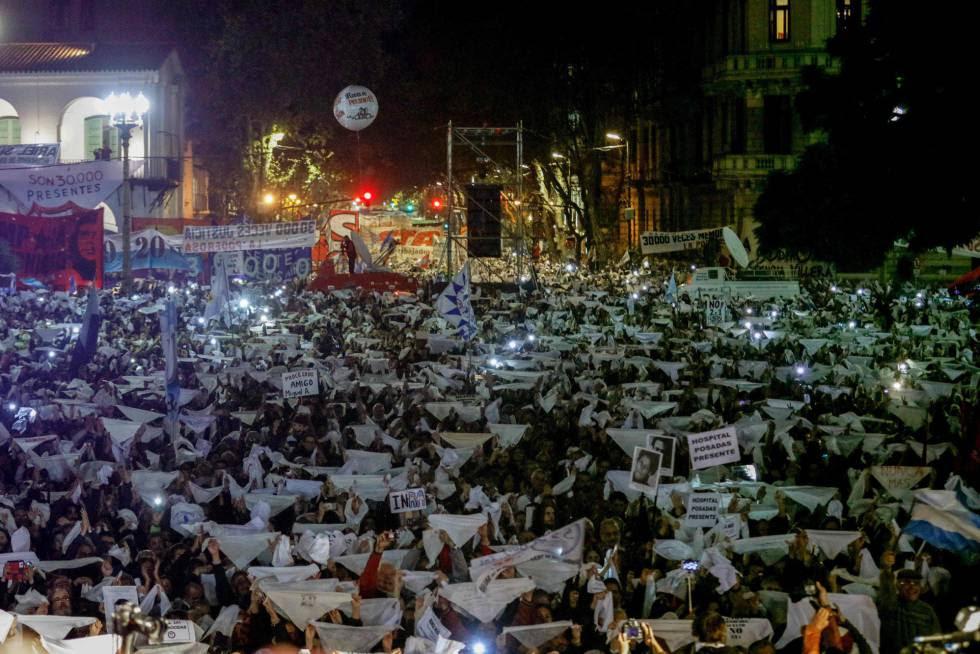 Los pañuelos espontáneos cubrieron la Plaza de Mayo.
