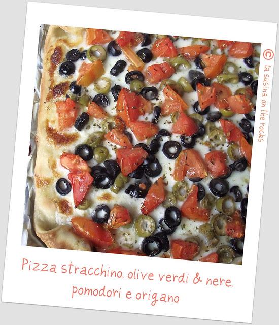 pizza stracchino, olive verdi&nere, pomodri e origano