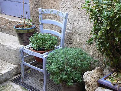 chaise percée bleue.jpg