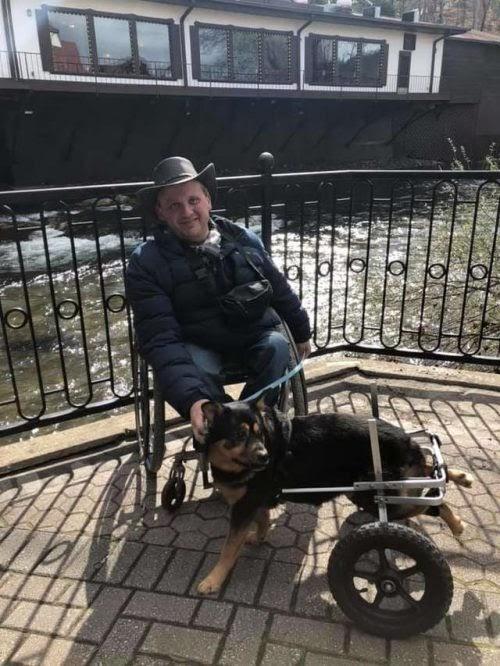 Perrito en silla de ruedas y devuelto 4 veces, es adoptado por un hombre con su misma condición