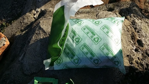 石灰の入った保温バッグにご飯のレトルトパウチを入れる