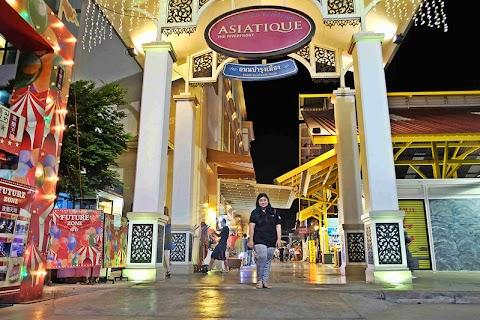 Menghabiskan Malam di  Asiatique Riverfront Bangkok