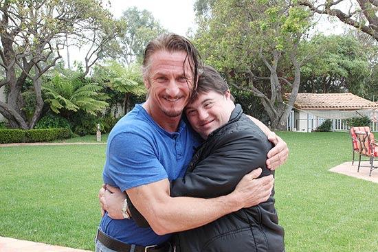 O ator Ariel Goldenberg com seu ídolo, o também ator Sean Penn