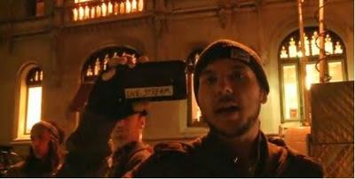 Tim Pool usando su celular Android para transmitir desde el campamento de indignados en Zuccotti Park, Nueva York