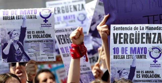 Miles de estudiantes, la mayoría mujeres, se han manifestado hoy por el centro de Madrid contra la sentencia de La Manada, al considerar que es 'escandalosa' y 'ampara a los violadores'. Esta protesta se ha sumado a otras que se han desarrollado en otras