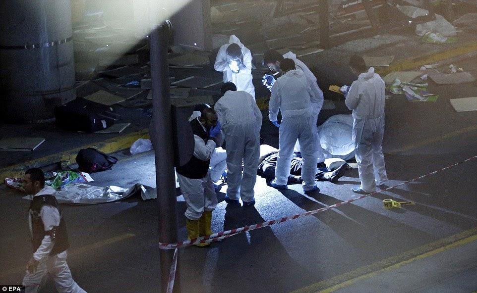 Investigadores da cena do crime trabalhar ao lado de um corpo após um ataque suicida matou dezenas de pessoas no Aeroporto de Ataturk, em Istambul, Turquia