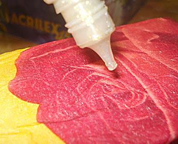 Realce os detalhes da figura aplicando tinta relevo colorida ou com glitter