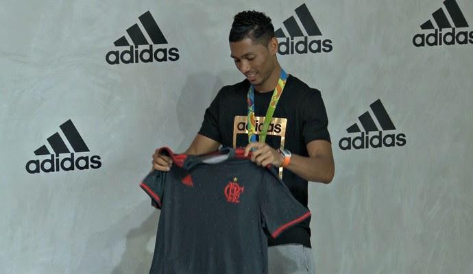 Wayde van Niekerk com camisa do Flamengo (Foto: Thiago Correia)