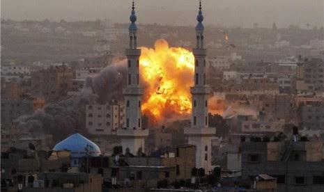 Api menjulang ke udara setelah serangan Israel di Kota Gaza, Palestina, Sabtu (17/11).