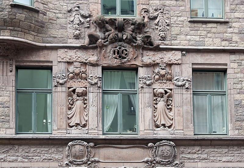 Krejdaren 17 - skulptur ovandör portal.JPG